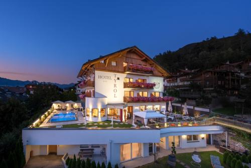 hotel-tyrol-by-night